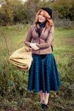 Portret piękna redhair dziewczyna w jesień parku. Zdjęcia Royalty Free