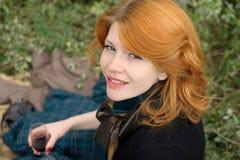 Portret piękna redhair dziewczyna w jesień parku. Obraz Stock