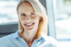Portret piękna rozochocona jasnogłowa kobieta fotografia royalty free