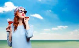 Portret piękna rudzielec dziewczyna z napojem Obraz Stock
