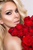 Portret piękna seksowna blondynki kobieta, zadziwiać i patrzeje Zdjęcia Stock