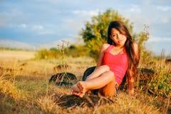 Portret piękna seksowna dziewczyna w lata polu, Gorąca lato dziewczyna Zdjęcia Royalty Free