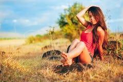 Portret piękna seksowna dziewczyna w lata polu, Gorąca lato dziewczyna Obraz Stock