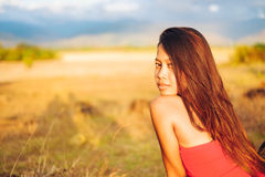 Portret piękna seksowna dziewczyna w lata polu, Gorąca lato dziewczyna Obrazy Royalty Free
