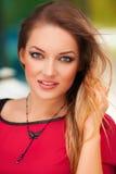 Portret piękna seksowna kobieta z czerwień blondynu i sukni pozować plenerowy fashion girl Obrazy Royalty Free
