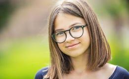 Portret piękna smilling nastoletnia dziewczyna z szkłami Fotografia Royalty Free
