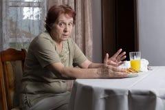 Portret piękna stara kobieta w domu zdjęcie stock
