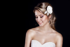 Portret piękna szczęśliwa delikatna kobiety panna młoda w białego ślubnej sukni c pięknego salonu ślubnym włosy z białymi kwiatam Obrazy Royalty Free