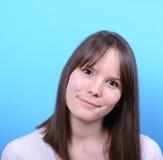 Portret piękna szczęśliwa kobieta przeciw błękitnemu tłu obraz stock