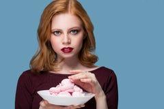 Portret piękna szczęśliwa młoda blondynki dziewczyna w studiu na a na błękitnym tle Obrazy Royalty Free