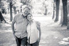 Portret piękna szczęśliwa starsza para w miłości relaksuje w parku fotografia stock