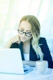 Portret piękna szczęśliwa uśmiechnięta młoda biurowa kobieta pracuje o Zdjęcie Stock