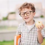 Portret Piękna szkolna chłopiec patrzeje bardzo szczęśliwego outdoors przy Obrazy Royalty Free