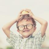 Portret Piękna szkolna chłopiec patrzeje bardzo szczęśliwego outdoors przy Zdjęcie Stock