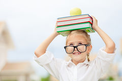 Portret Piękna szkolna dziewczyna patrzeje bardzo szczęśliwego outdoors przy Zdjęcie Stock