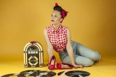 Portret piękna szpilka w górę słuchania muzyka na starej szafie grająca r Fotografia Stock