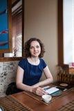 Portret piękna uśmiechnięta dziewczyna w kawiarni Zdjęcia Stock