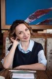 Portret piękna uśmiechnięta dziewczyna w kawiarni Obraz Royalty Free