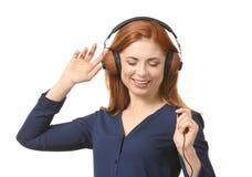 Portret piękna uśmiechnięta kobieta słucha muzyka Obrazy Royalty Free