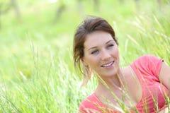 Portret piękna uśmiechnięta kobieta w fileds wysoka trawa pełno Zdjęcia Stock