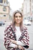 Portret piękna uśmiechnięta kobieta w ulicie zdjęcie stock