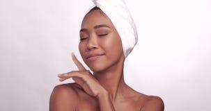 Portret piękna uśmiechnięta kobieta z czystą skórą odizolowywającą na białym tle zdjęcie wideo