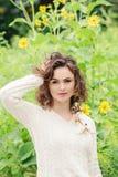 Portret piękna uśmiechnięta młoda biała Kaukaska dziewczyny kobieta dotyka jej ciemnego brązu włosy w białym pulowerze, Zdjęcie Royalty Free