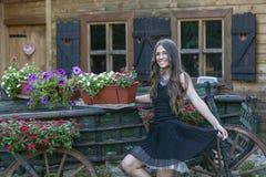 Portret piękna uśmiechnięta młoda dziewczyna w sukni podczas gdy obrazy royalty free