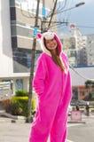 Portret piękna uśmiechnięta młoda kobieta jest ubranym jednorożec kostium, przy outdoors miasto Quito Zdjęcia Stock