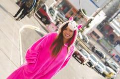 Portret piękna uśmiechnięta młoda kobieta jest ubranym jednorożec kostium, przy outdoors w mieście Quito Zdjęcia Royalty Free