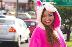 Portret piękna uśmiechnięta młoda kobieta jest ubranym jednorożec kostium, przy outdoors w mieście Quito Fotografia Royalty Free