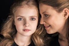 Portret piękna uśmiechnięta matka i córka wpólnie Zdjęcia Royalty Free
