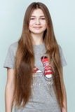 Portret piękna uśmiechnięta nastoletnia dziewczyna z długie włosy Fotografia Royalty Free