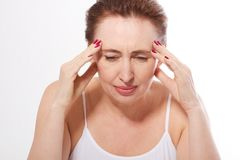 Portret piękna w średnim wieku brunetki kobieta z migreną na bielu Migrena, przekwitanie i stres, Odbitkowa przestrzeń i m Fotografia Royalty Free