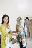 Portret piękna w połowie dorosłej kobiety pozycja mannequin w moda sklepie Obraz Stock