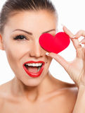 Portret Piękna wspaniała kobieta z splendoru jaskrawym makeup i czerwieni serce w ręce obrazy stock