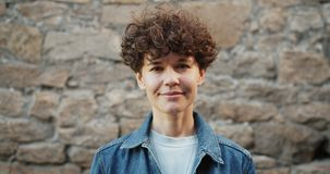 Portret piękna z włosami kobieta patrzeje kamerę ono uśmiecha się outdoors zbiory wideo