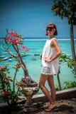Portret piękna zdrowa młoda kobieta blisko oceanu z błękitne wody i kwiatami Tropikalna wyspa Bali, Indonezja Fotografia Stock