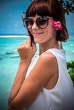 Portret piękna zdrowa młoda kobieta blisko oceanu z błękitne wody i kwiatami Tropikalna wyspa Bali, Indonezja Obraz Royalty Free