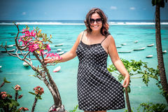 Portret piękna zdrowa młoda kobieta blisko oceanu z błękitne wody i kwiatami Tropikalna wyspa Bali, Indonezja Obrazy Stock
