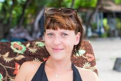 Portret piękna zdrowa młoda kobieta relaksuje na plaży tropikalna Bali wyspa, Indonezja Zdjęcie Stock
