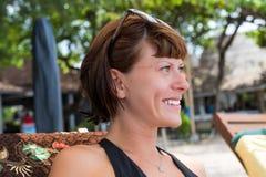Portret piękna zdrowa młoda kobieta relaksuje na plaży tropikalna Bali wyspa, Indonezja Obrazy Royalty Free