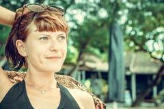 Portret piękna zdrowa młoda kobieta relaksuje na plaży tropikalna Bali wyspa, Indonezja Zdjęcia Royalty Free