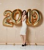 Portret Piękna zdziwiona dziewczyna W Błyszczących Złotych Smokingowych miotanie confetti, Mieć zabawę Z złotem 2018 Szybko się z obrazy royalty free