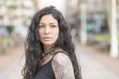 Portret piękna zmysłowa kobieta patrzeje daleko od z tatuażem Fotografia Stock