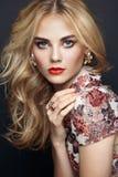 Portret piękna zmysłowa kobieta z elegancką fryzurą fotografia stock