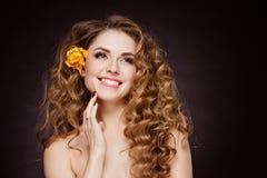 Portret piękna zmysłowa rudzielec dziewczyna z kwiatów tulipanami ja zdjęcia royalty free