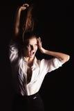 Portret piękne eleganckie dziewczyny na czarnym tle w studiu z włosy i makijażem w białej koszula, kredyt zdjęcie stock