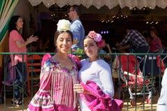 Portret Piękne kobiety ubierał w tradycyjnych kostiumach przy Seville ` s Kwiecień jarmarkiem Zdjęcia Royalty Free