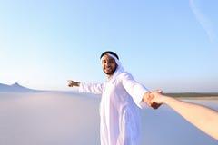 Portret pięknego emiratu męski turystyczny przewdonik który trzyma woma, Zdjęcia Royalty Free